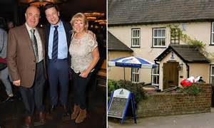 Jamie Oliver's parents' pub gets 2 star rating | Daily